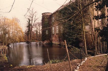 die mittelalterliche wasserburg geretzhoven liegt inmitten freier felder verkehrsgunstig angebunden zwischen koln neuss und dusseldorf